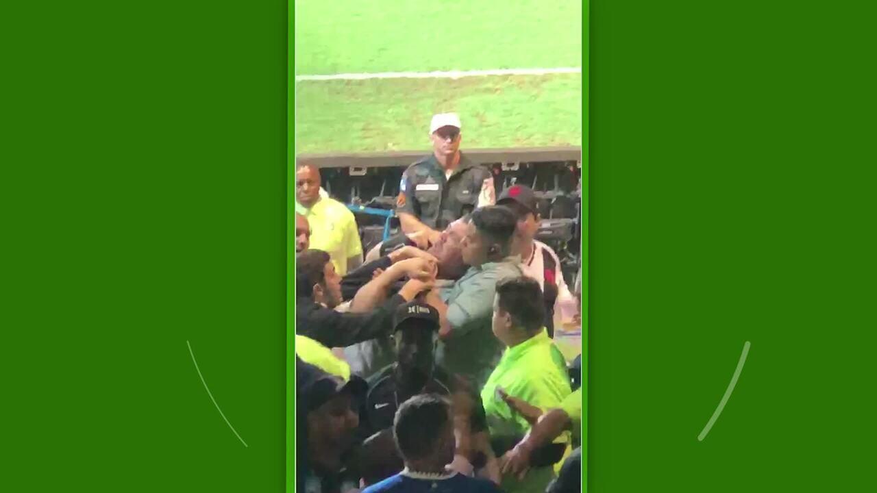 Torcedores discutem e são contidos por seguranças durante Vasco x Palmeiras