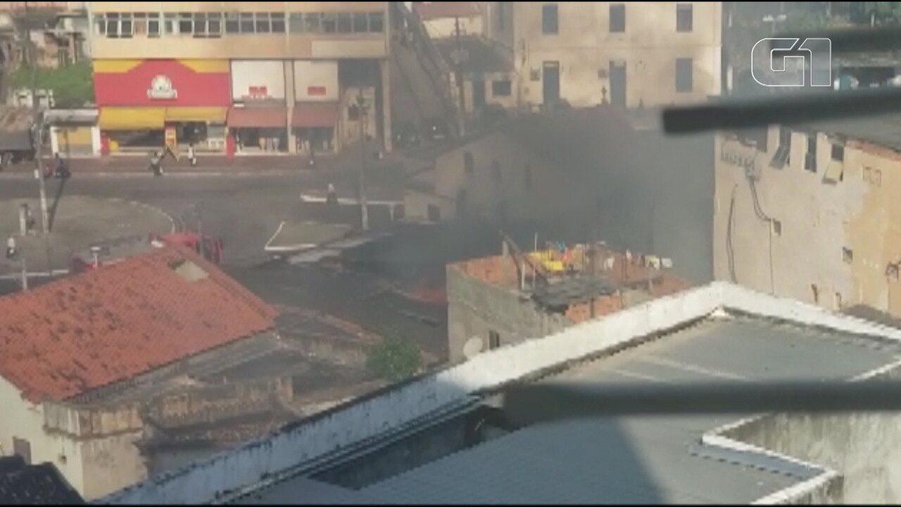 VÍDEO: Casa pega fogo no bairro da Barroquinha, em Salvador
