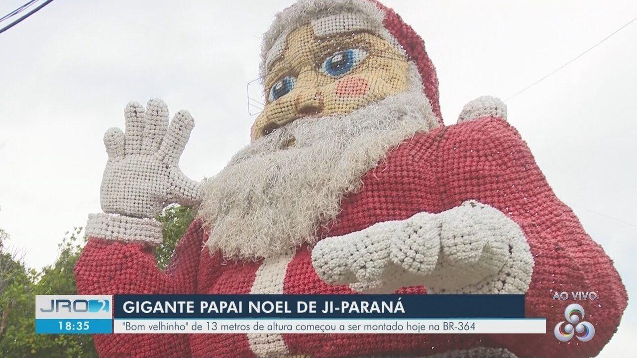Papai Noel gigante é instalado na decoração natalina de Ji-Paraná