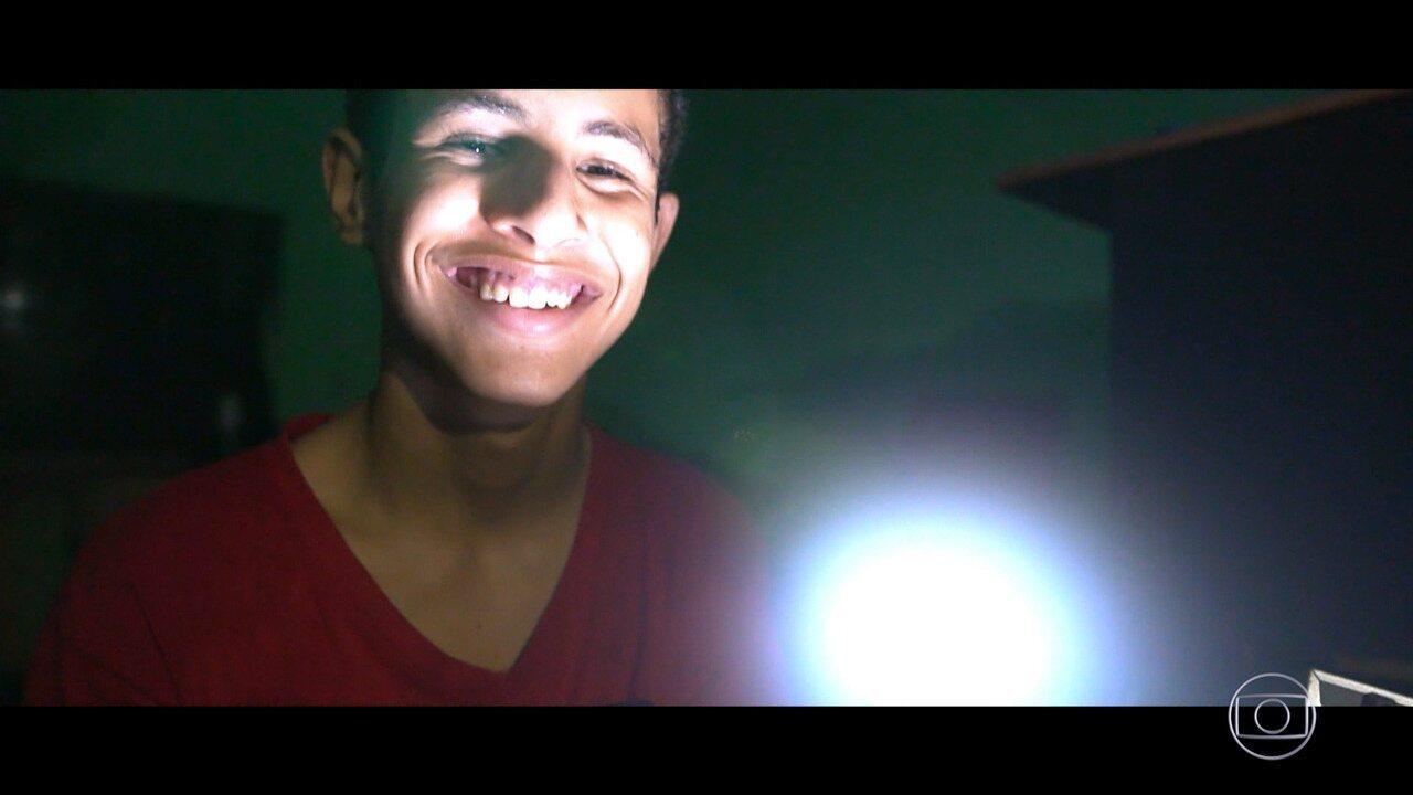 Menino da Lâmpada: Rogério usou energia solar para iluminar casas de assentamento