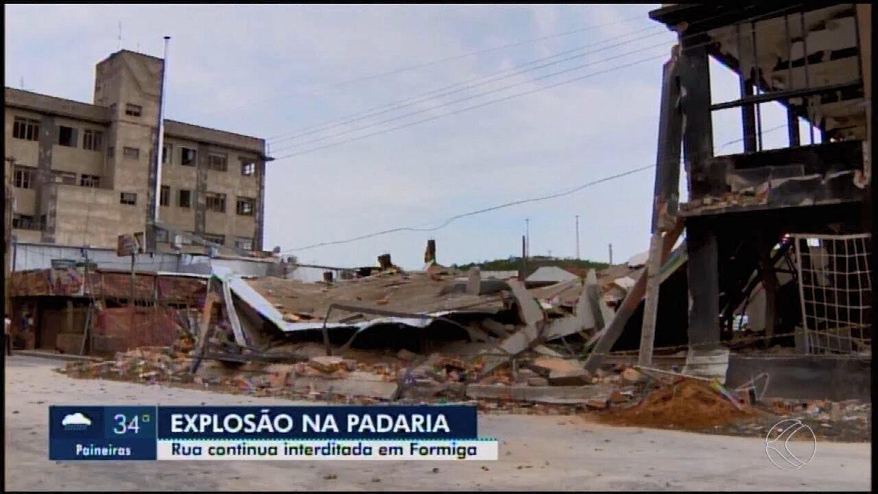 Engenheiro avalia o que sobrou de padaria após explosão em Formiga