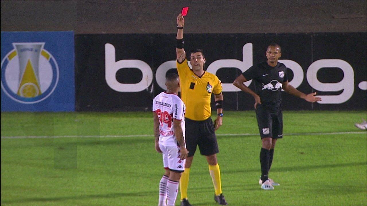 Rafael Costa reclama com árbitro e é expulso da partida do Bota com Bragantino
