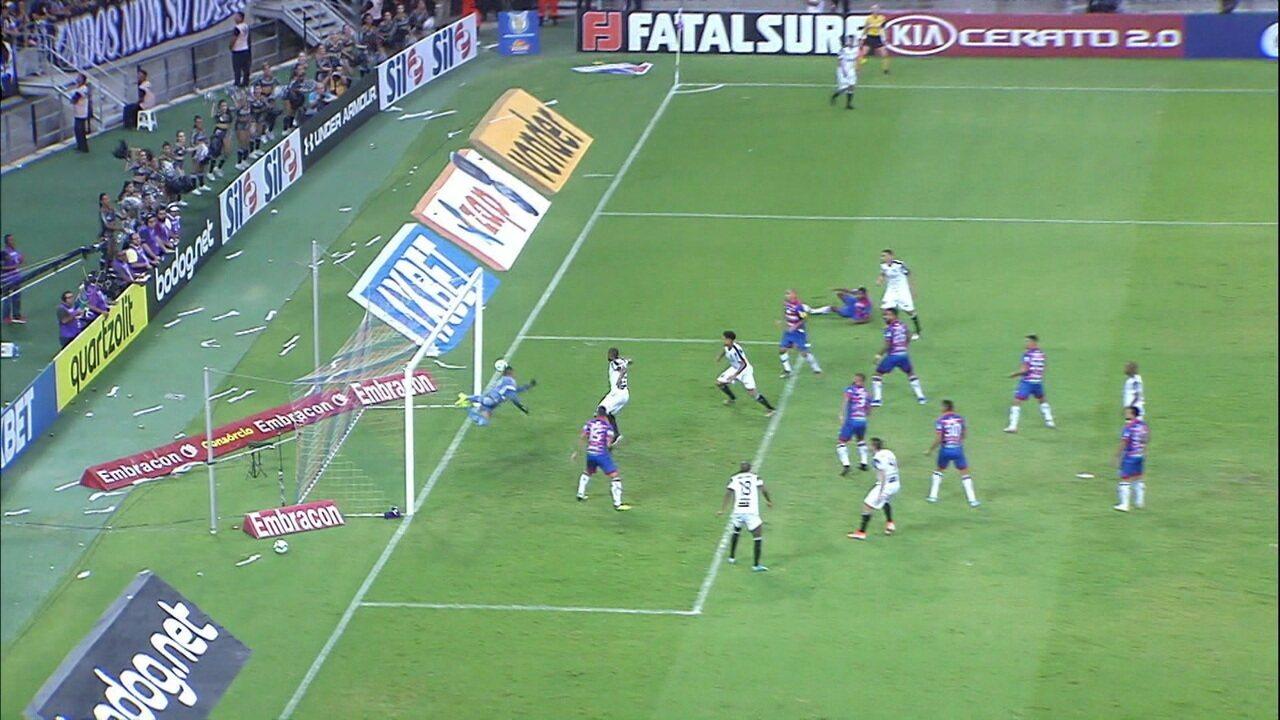 Luiz Otávio acerta o joelho na bola e Felipe Alves faz defesa espetacular, aos 5' do 2º tempo