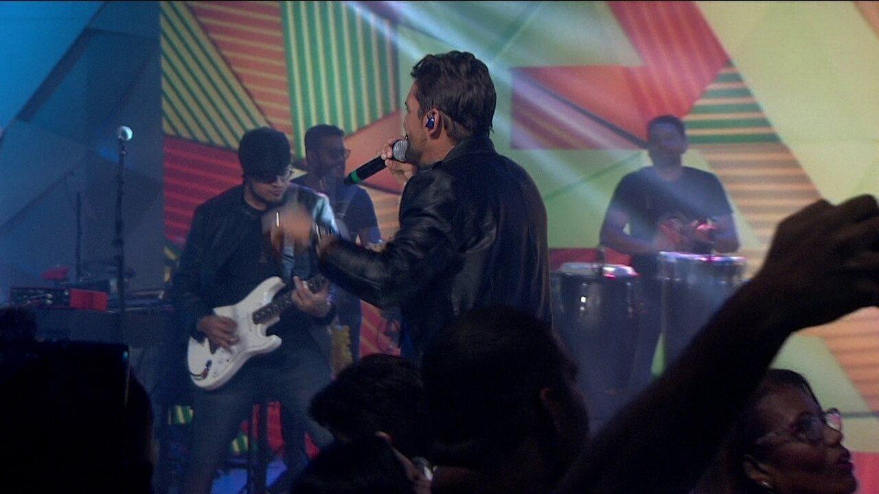 Banda Eva toca o hit 'Leva Eu'