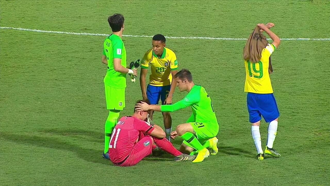 Jogadores do Brasil consolam os jogadores da Itália após a classificação no Mundial Sub-17