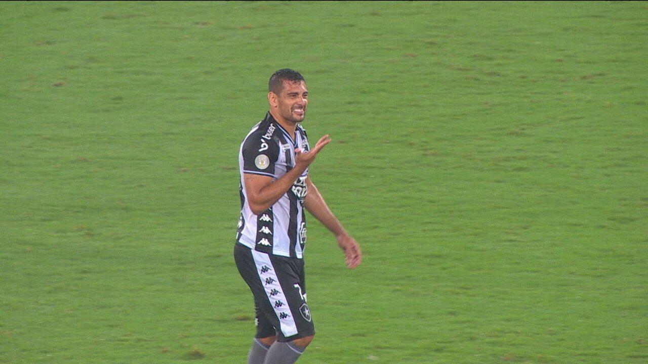 Sem risadinha: Diego Souza evita microfones após decidir para o Botafogo