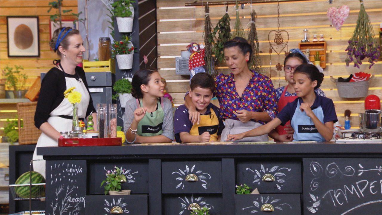Cores Naturais - Junto com as crianças, a nutricionista Kapim combina as massas coloridas com espinafre e abóbora.