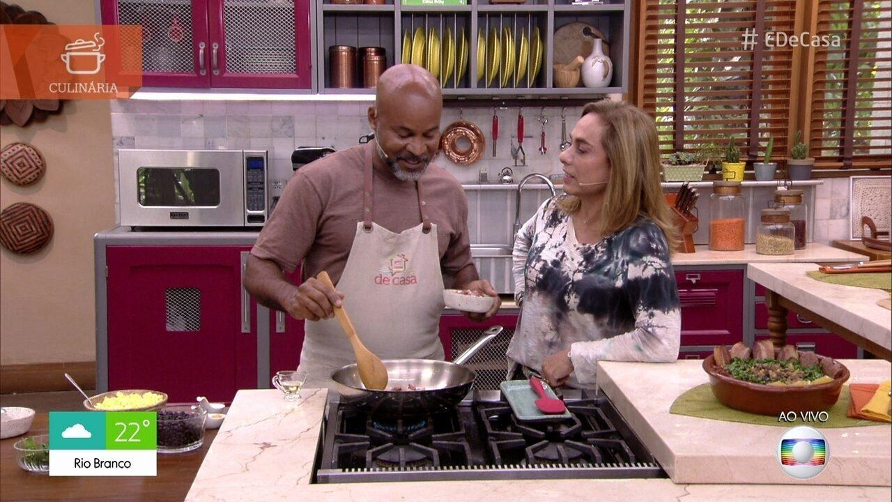 David prepara Feijão Tropeiro para o almoço do 'É de Casa'