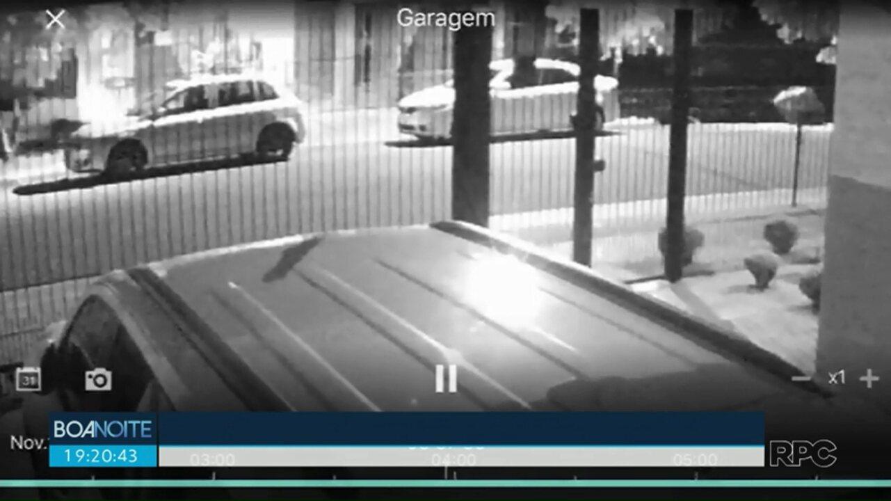 Motorista invade calçada com pessoas na carroceria
