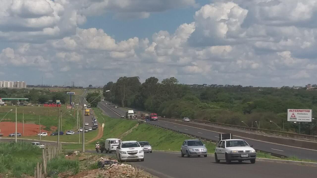 Vídeo mostra acidente em rodovia dentro de Uberlândia; trânsito precisou ser desviado