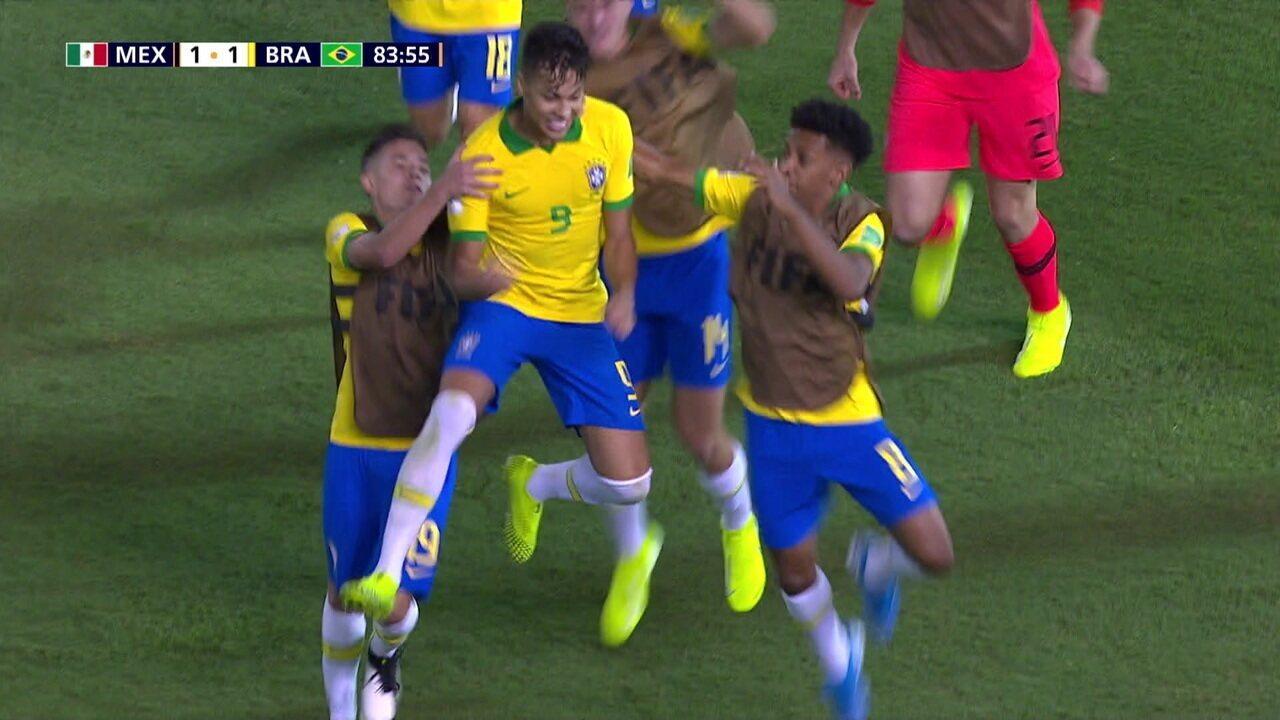 Gol do Brasil! Kaio Jorge cobra o pênalti no canto direito. O goleiro Garcia se estica, mas a bola entra, aos 38' do 2º tempo