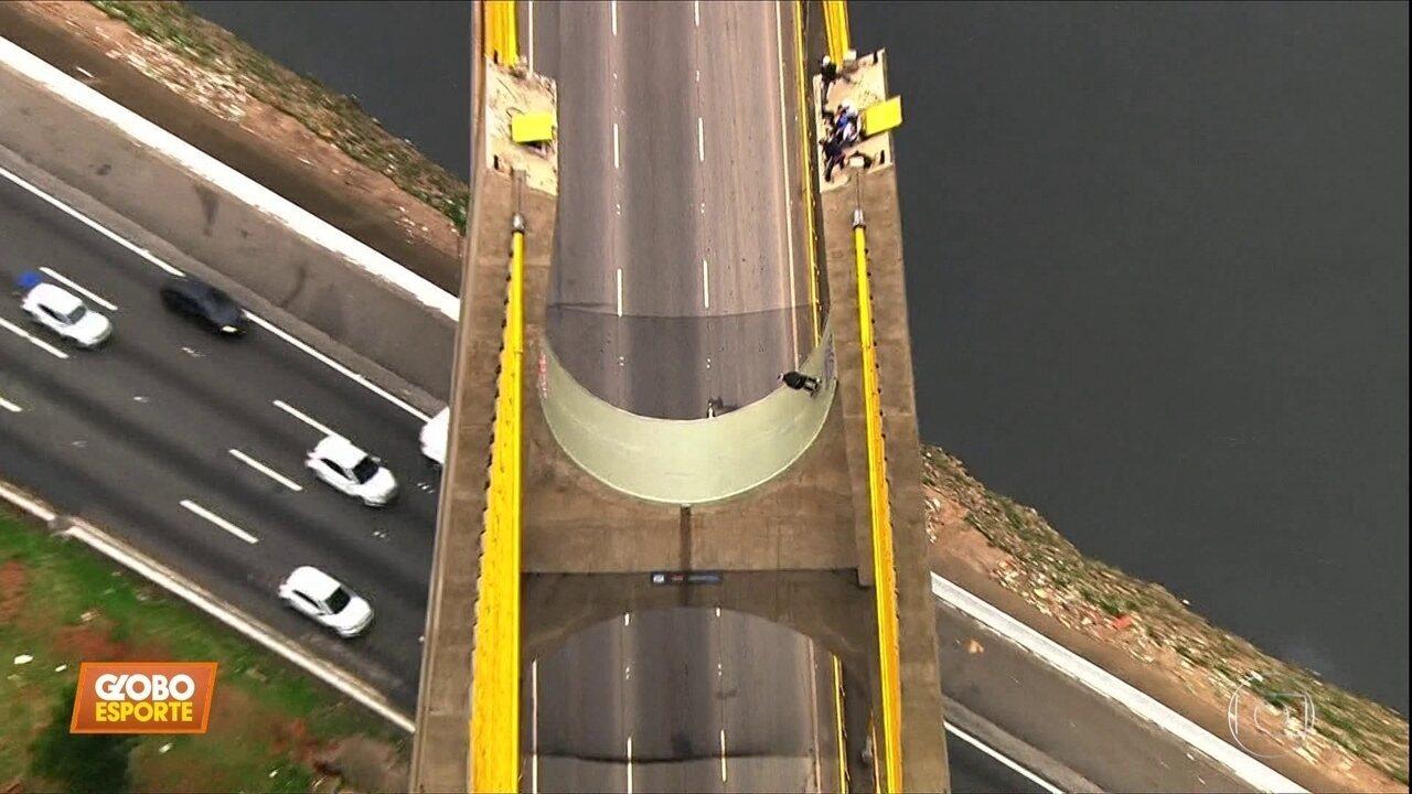 Sandro Dias anda de skate a 30 metros de altura, em cima de ponte na Marginal Tietê