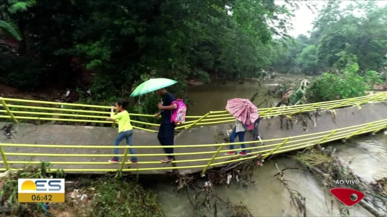 Chuva derruba passarela em Viana, ES, e moradores se arriscam para atravessar o rio