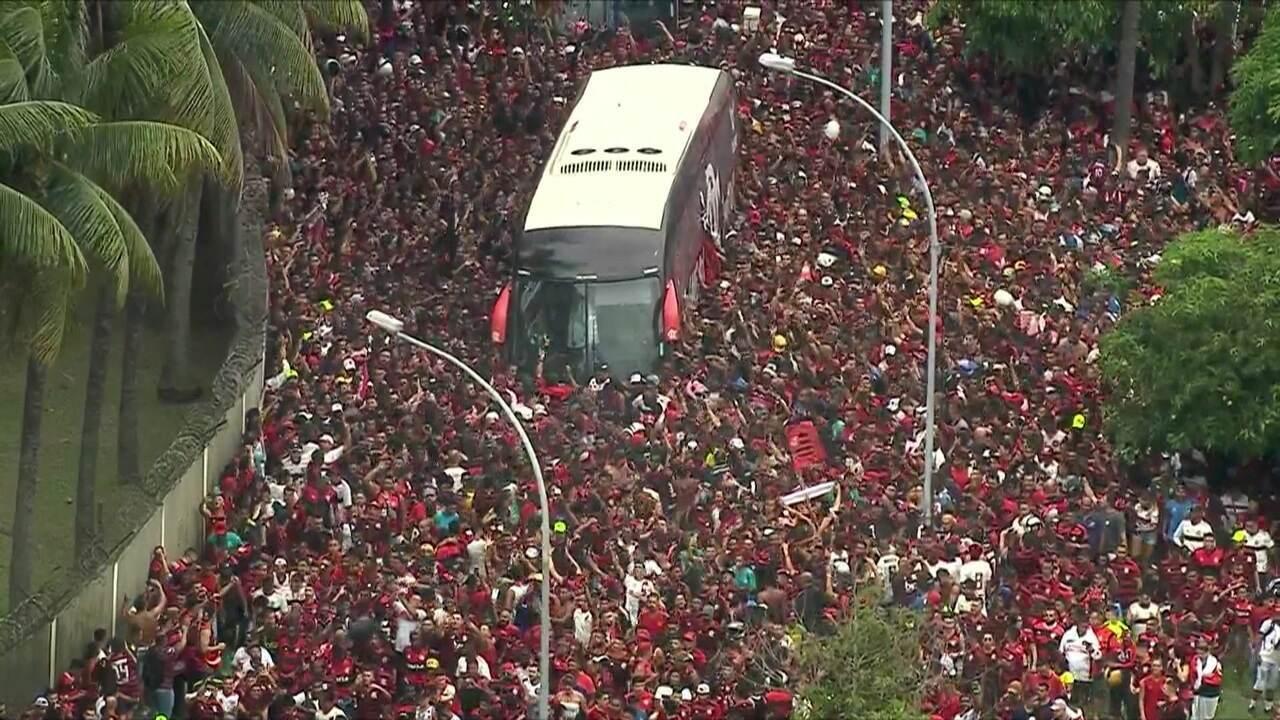 Ônibus do Flamengo chega ao aeroporto cercado por torcedores