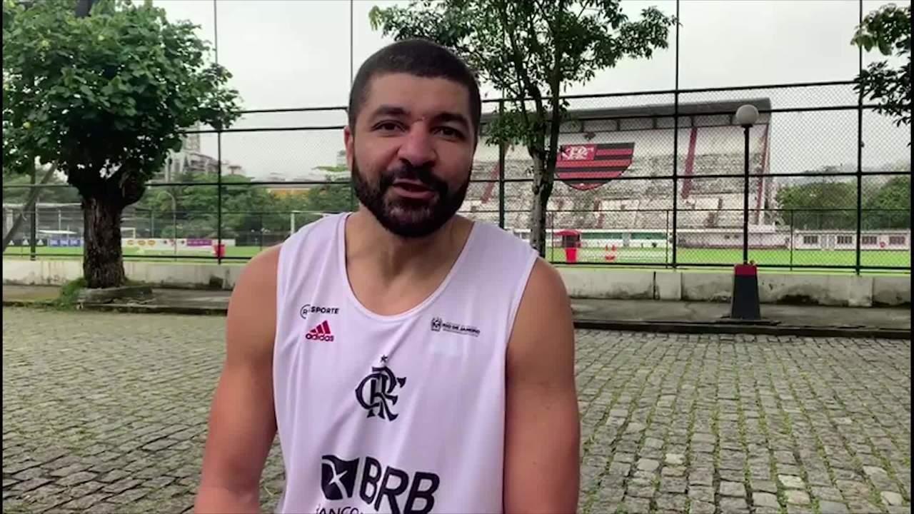 Olivinha, jogador de basquete, manda mensagem de boa sorte para o time do Flamengo