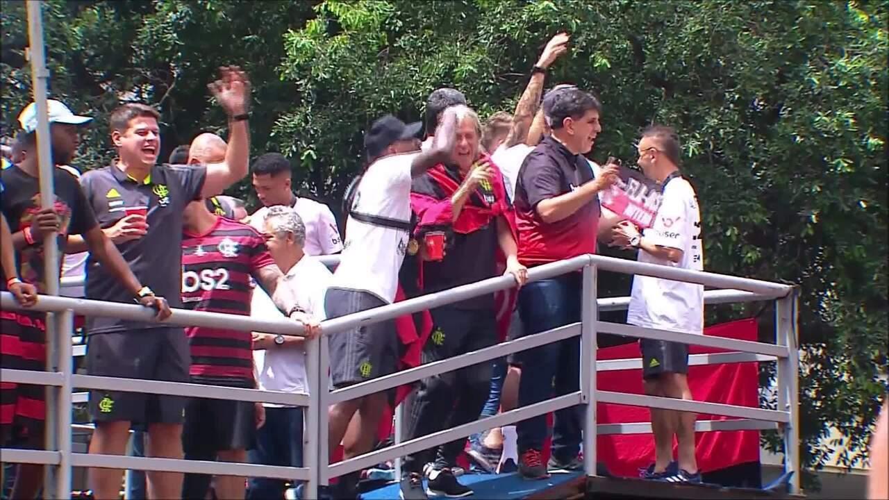 Jorge Jesus dança com Rodinei na festa do Flamengo