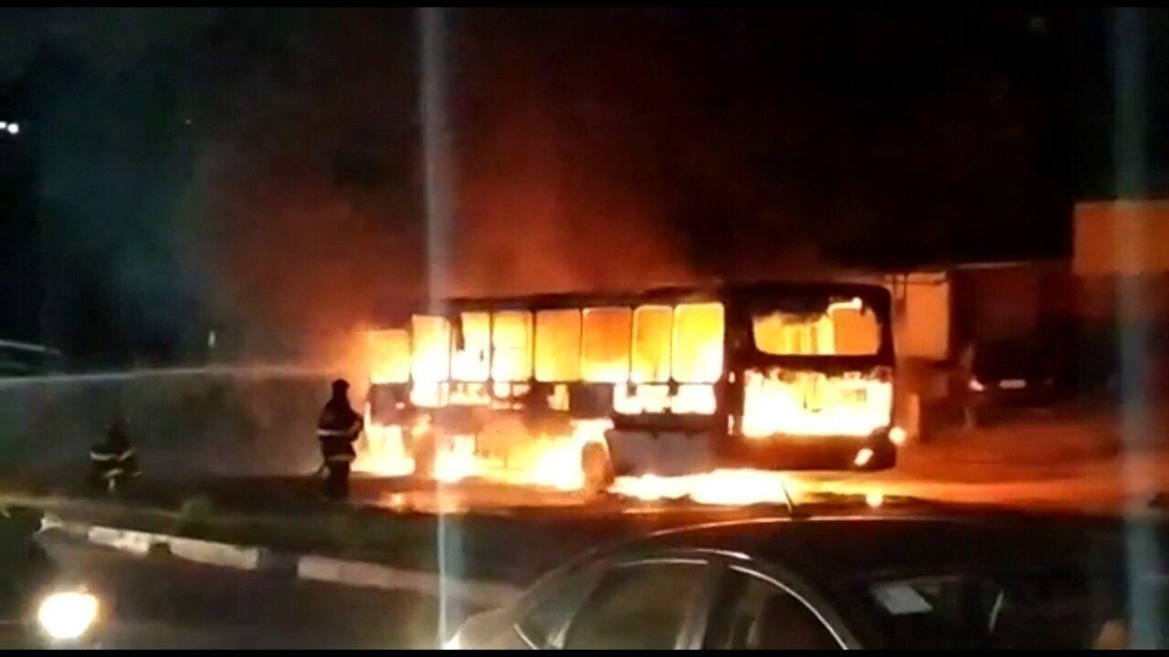 Vídeo mostra ônibus pegando fogo na PE-22, em Paulista