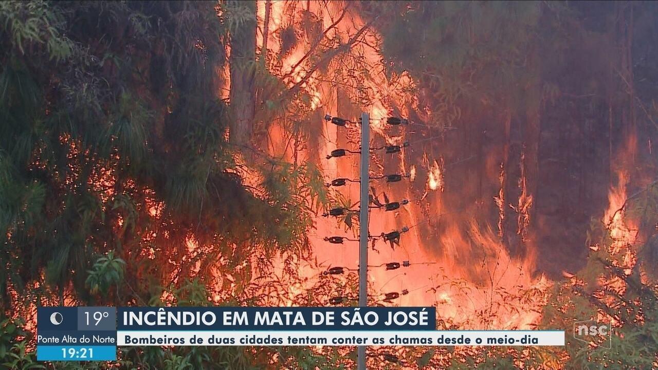 Incêndio atinge zona de mata em São José