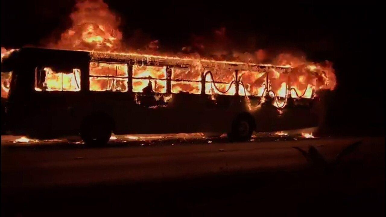 Ônibus pega fogo em Olinda