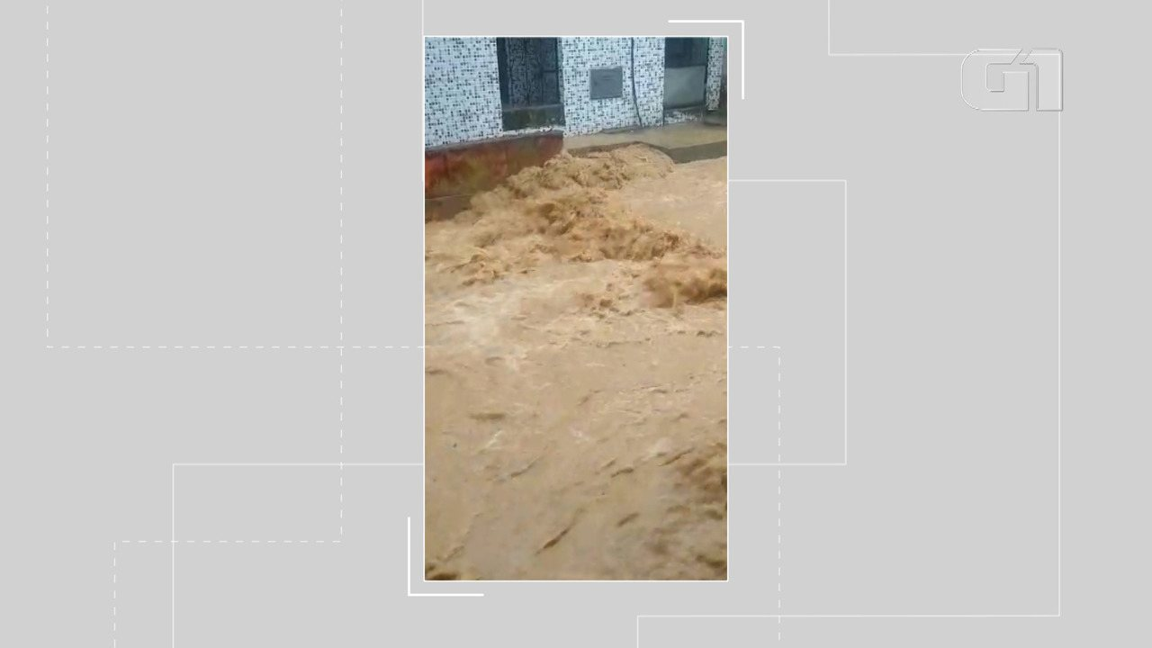Chuva provoca enxurrada na Rua Senhor do Bonfim, em São João do Cabrito, nesta terça-feira