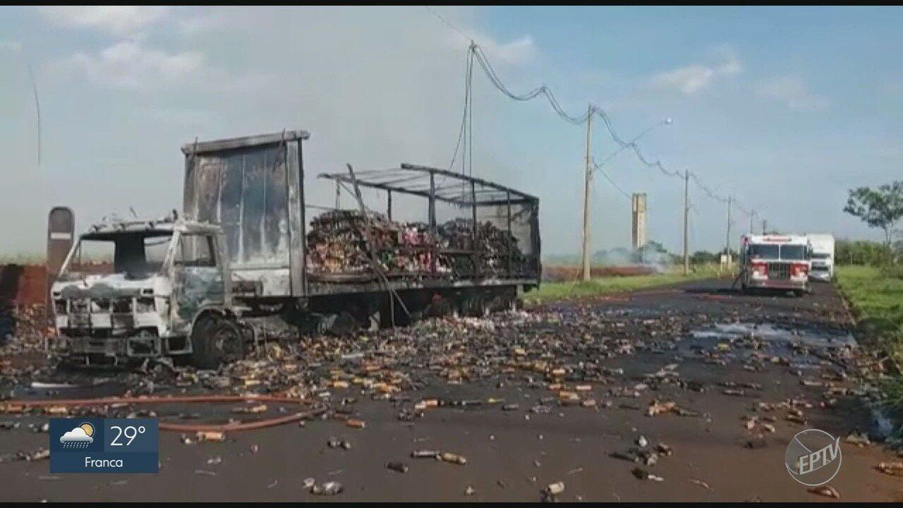Caminhão que transportava produtos de limpeza e inseticidas pega fogo em Ribeirão Preto
