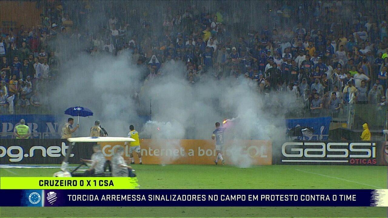 Torcida arremessa sinalizadores em campo no jogo do Cruzeiro contra o CSA