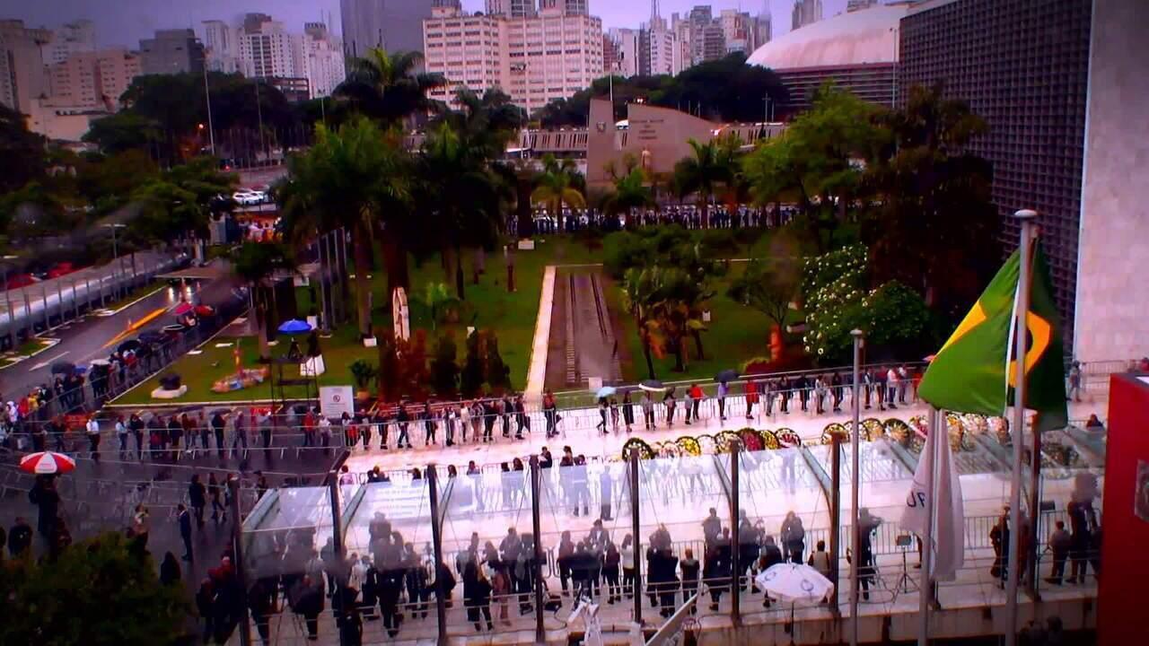 Veja time-lapse da entrada de fãs no velório do Gugu Liberato