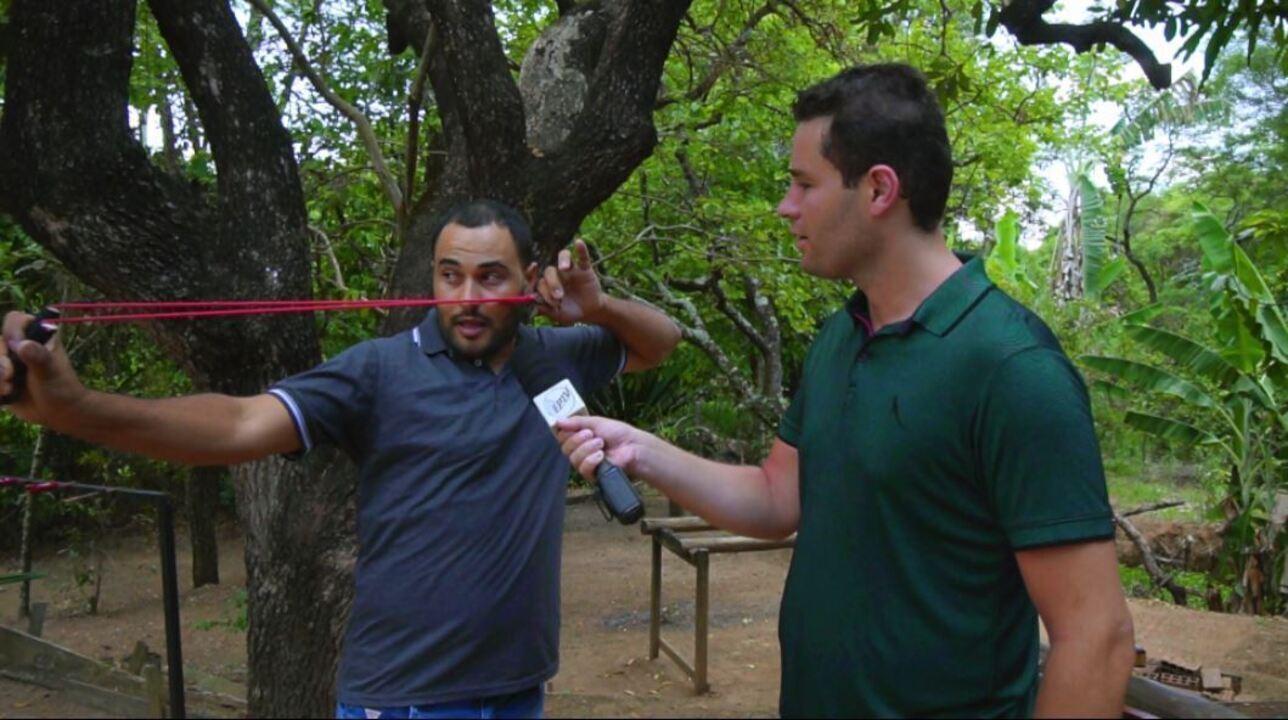 Pedro Leonardo aprende a atirar com estilingue!