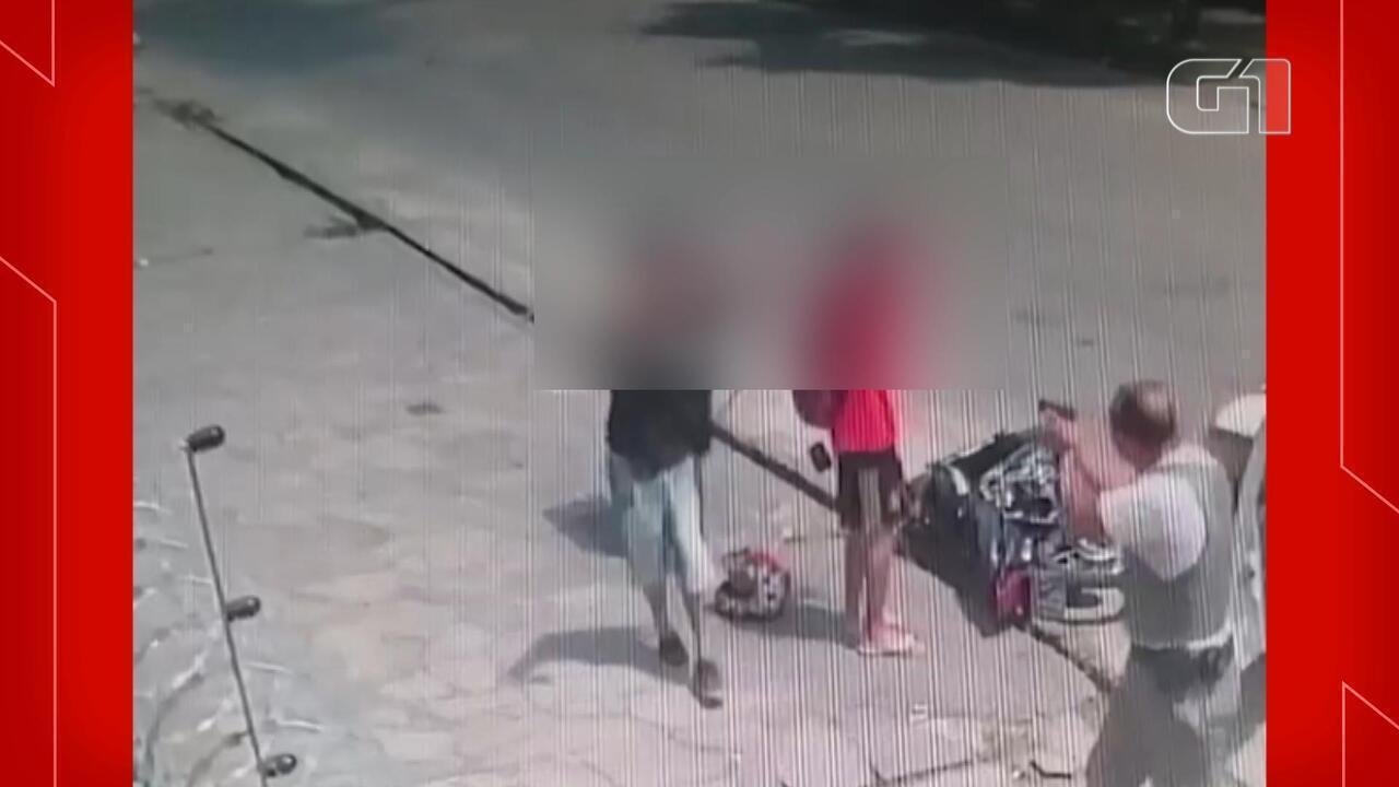 Câmera de segurança registra abordagem policial violenta a dois jovens em Pelotas