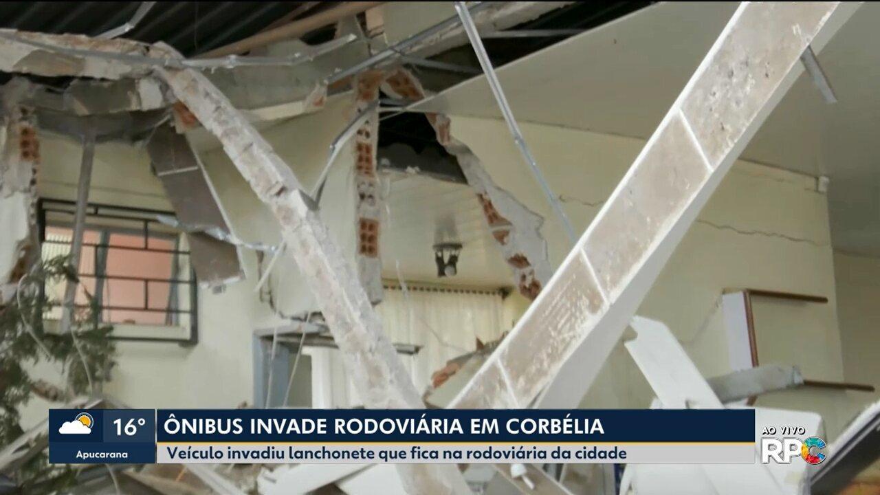 Ônibus invade rodoviária de Corbélia