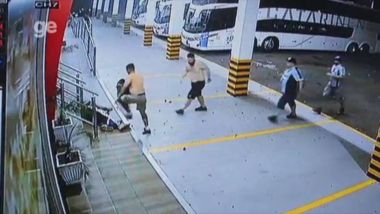Imagens fortes: homem é espancado durante briga da torcida do Grêmio