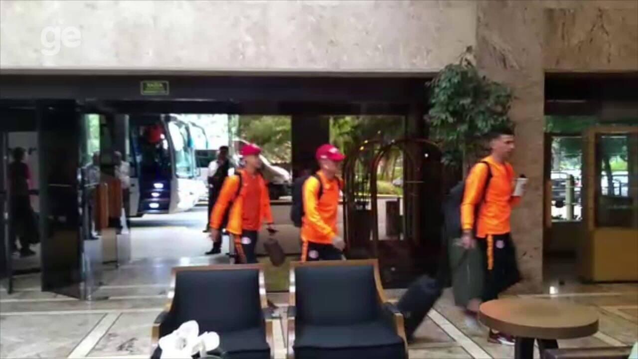 Confira a chegada da delegação do Inter em São Paulo