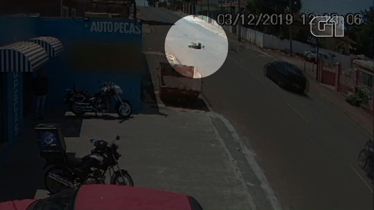 Policial militar fica ferido após acidente entre carro e bicicleta em Ponta Grossa; VÍDEO