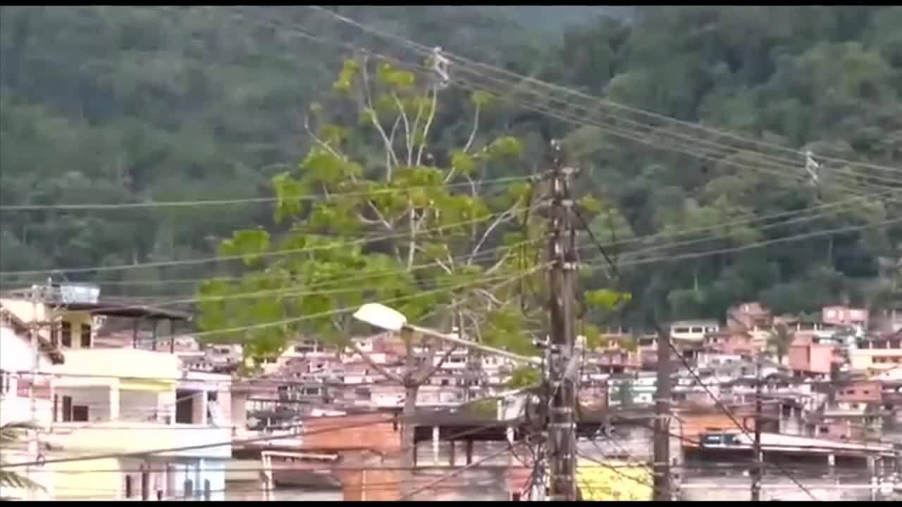 Moradores enviam vídeos que mostram a troca de tiros