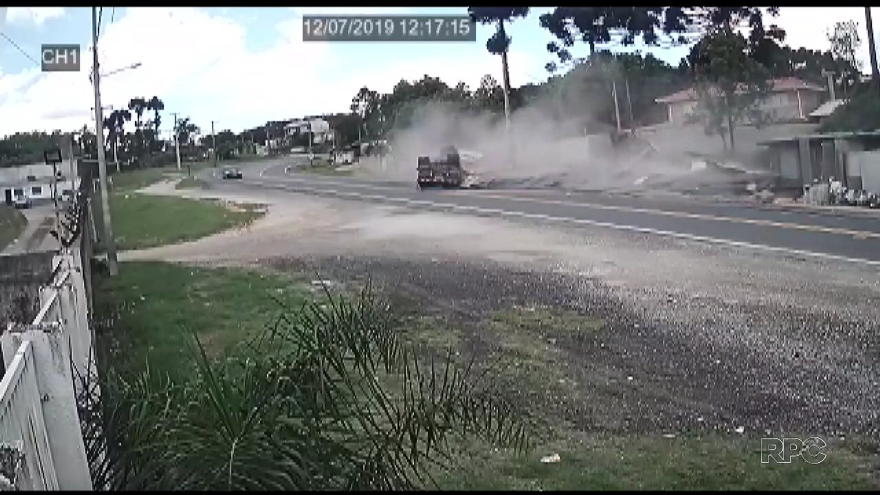 Câmera registra momento em que caminhão tomba em Almirante Tamandaré