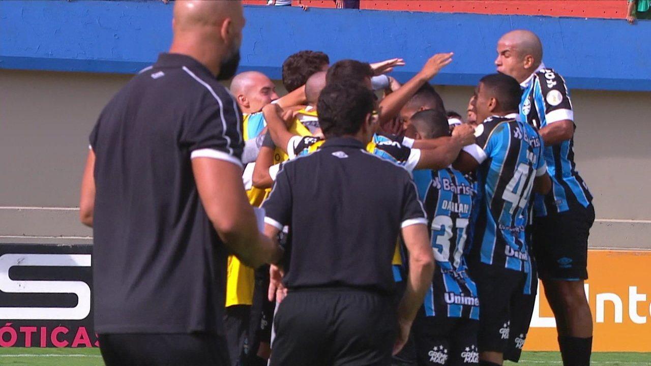 Ferreira atropela Marcelo Hermes e toca para Patrick marcar