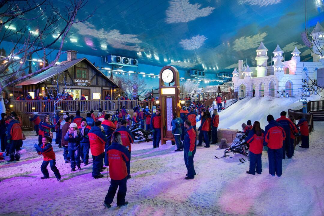 Gramado: turista pode esquiar na neve, desbravar mundo em miniatura e curtir noite em bar