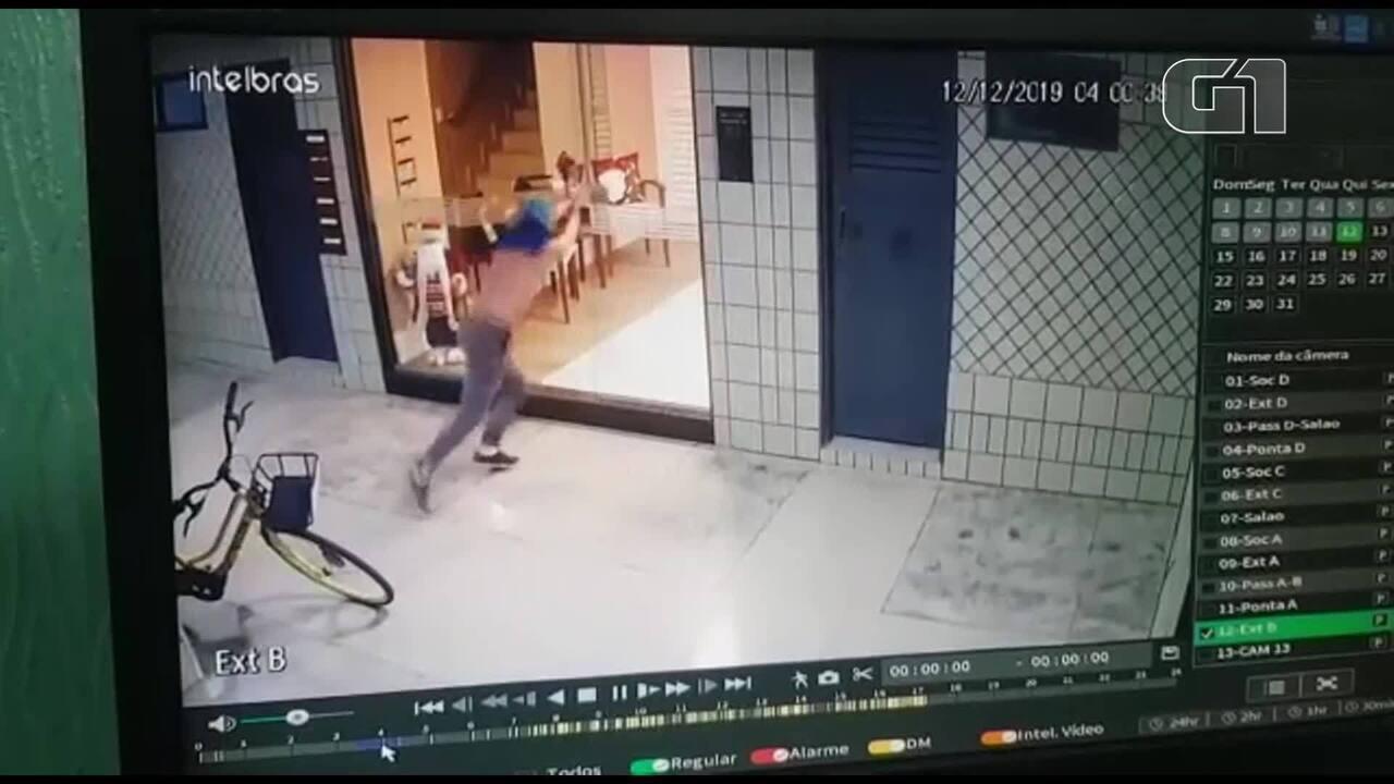 Homem invade prédio, furta Papai Noel e foge de bicicleta em Brasília