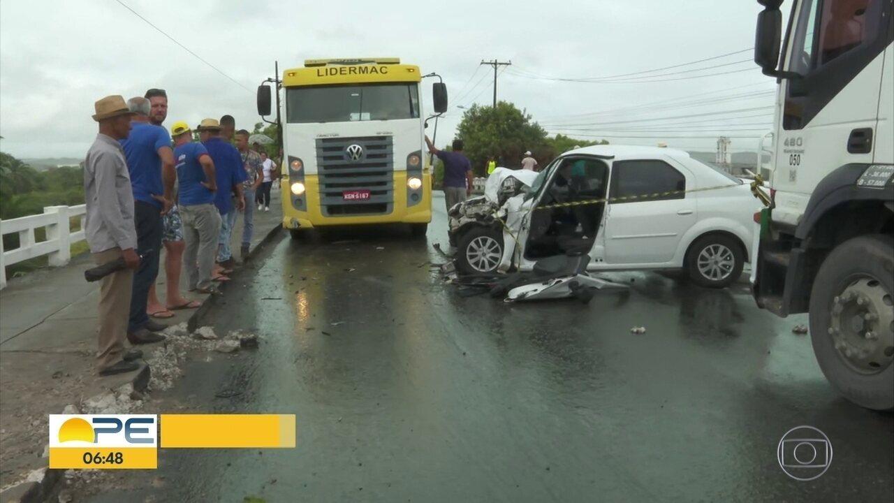 Acidente na Estrada da Muribeca deixa motorista preso às ferragens e complica trânsito