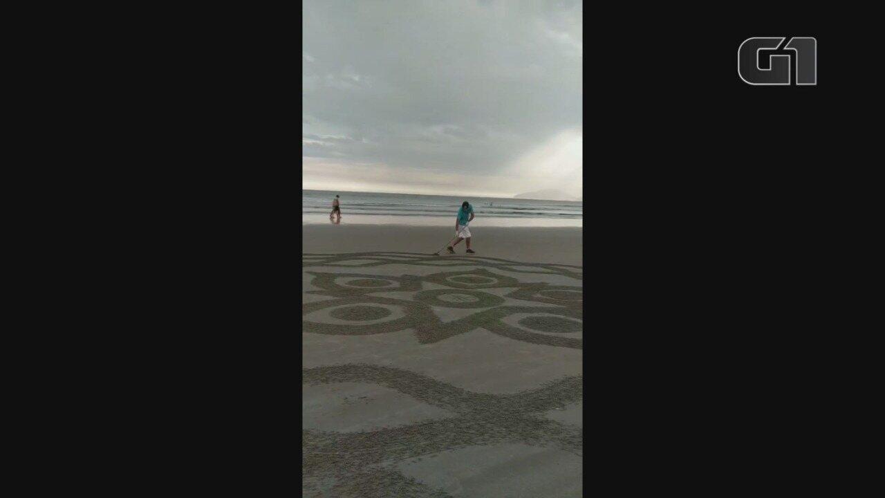 Homem faz mandalas na faixa de areia como forma de terapia.