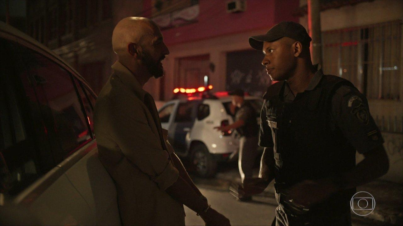 Álvaro é detido por Wesley ao tentar suborná-lo