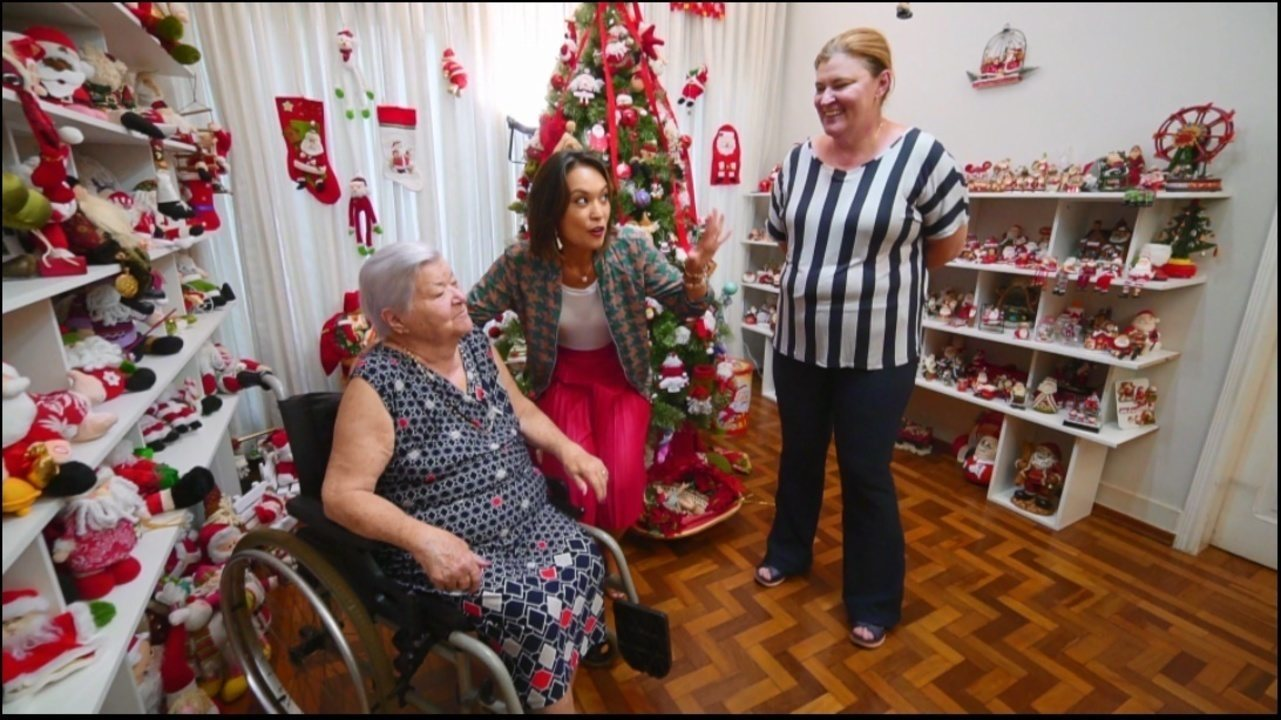 Cris Ikeda conhece aposentada que possui coleção com mais de 800 Papais Noéis