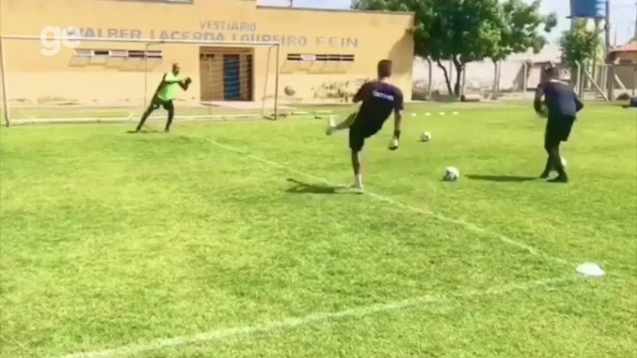 Goleiro Rodrigo Ramos treina no Altos