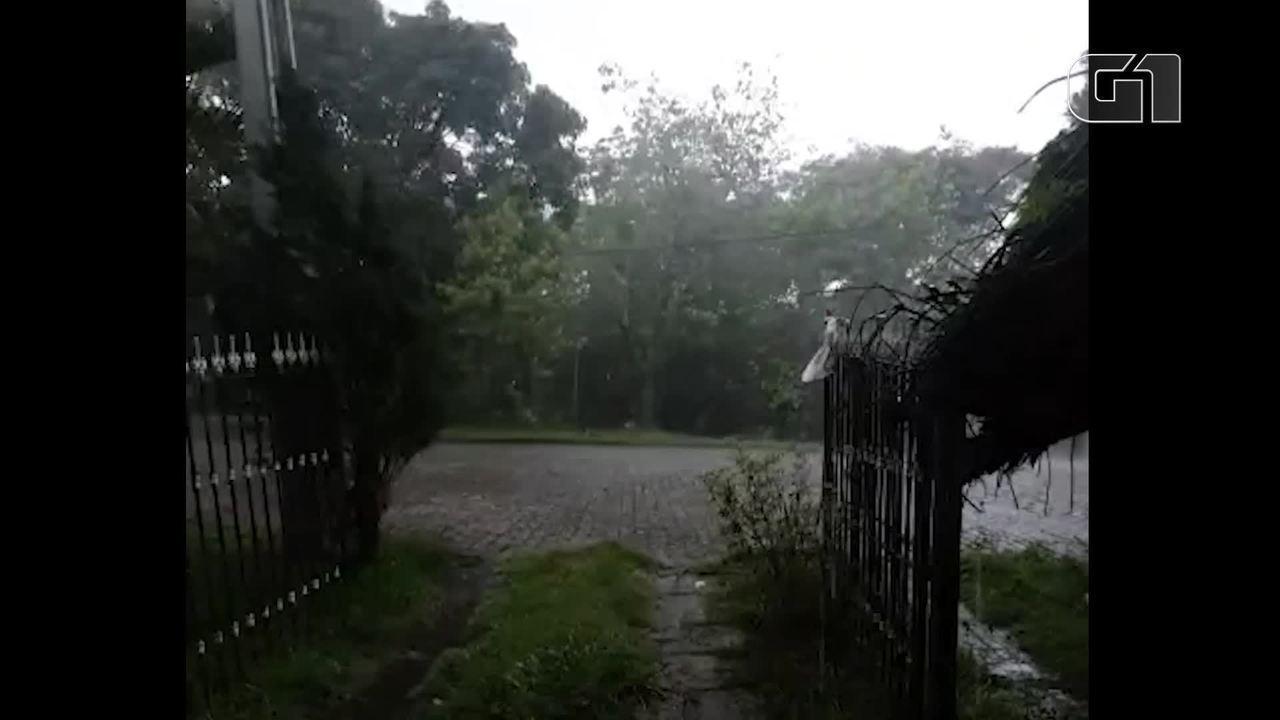 Chove muito forte em Pendotiba, Região Metropolitana do RJ