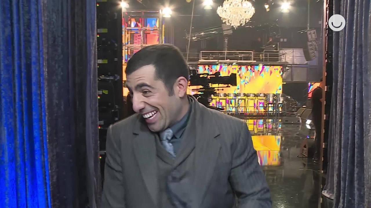 Nos bastidores, Kaysar mostra que sua calça rasgou durante a dança que o consagrou campeão