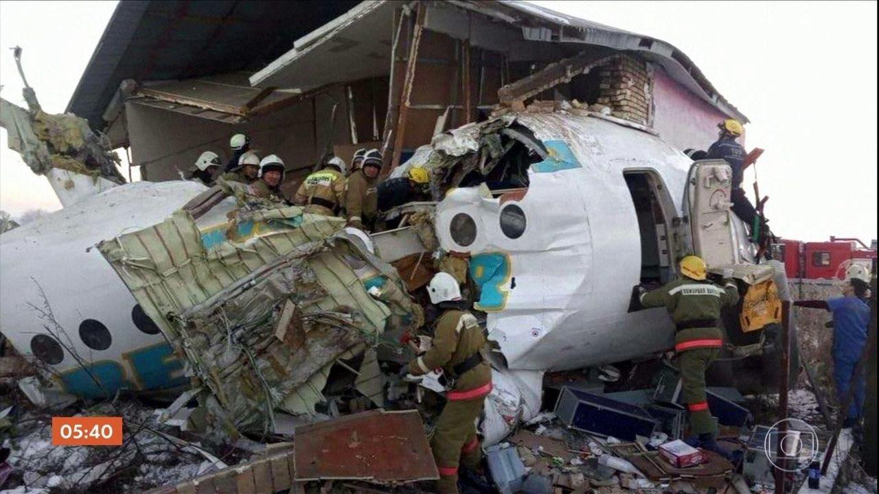 Avião com 100 pessoas a bordo cai no Cazaquistão
