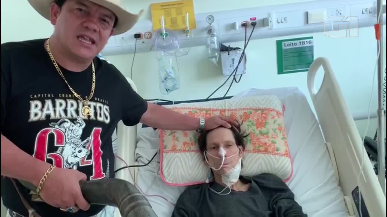 Amigo visita Asa Branca em hospital e toca berrante para o locutor internado