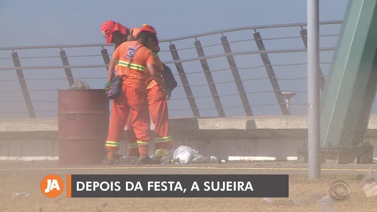 DMLU realiza limpeza da orla do Guaíba após festa de réveillon