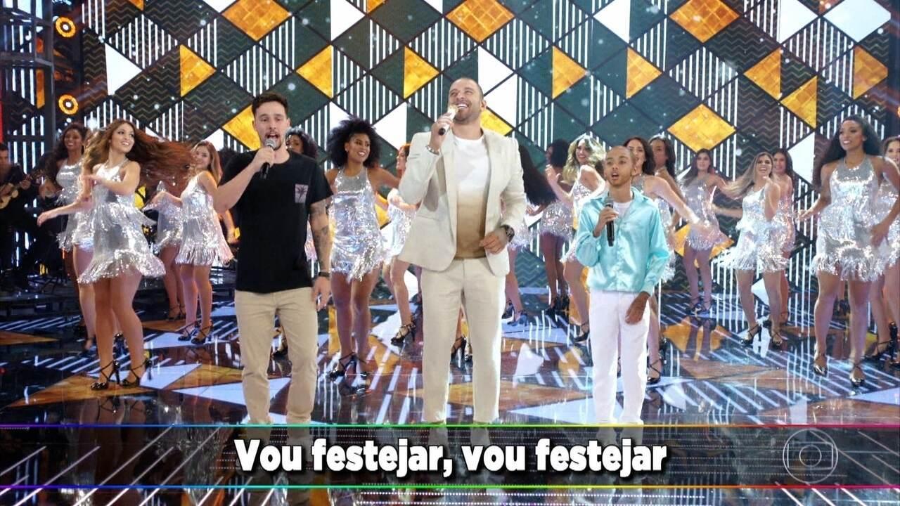 """Diogo Nogueira e os filhos cantam """"Vou Festejar"""""""