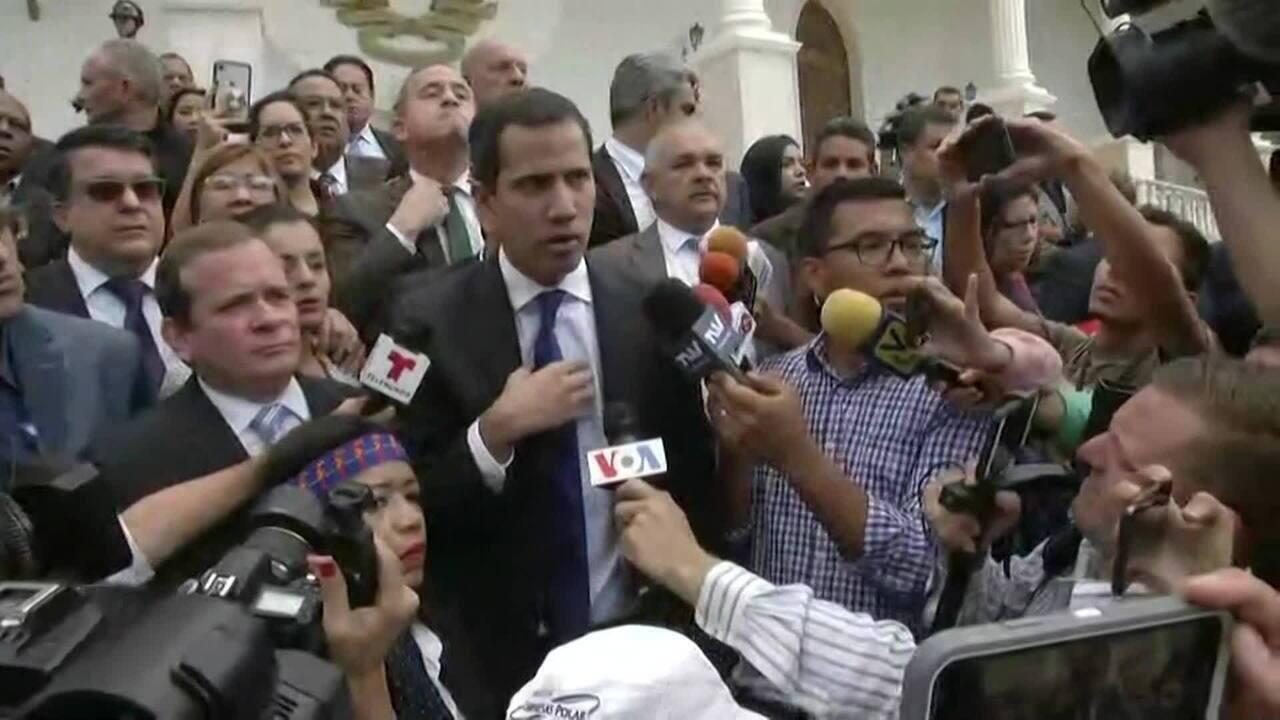 Opositores tentam entrar no Parlamento para participar da primeira sessão do ano